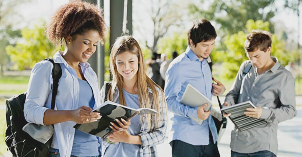 Estudo aponta que maioria dos estudantes de ensino superior são mulheres