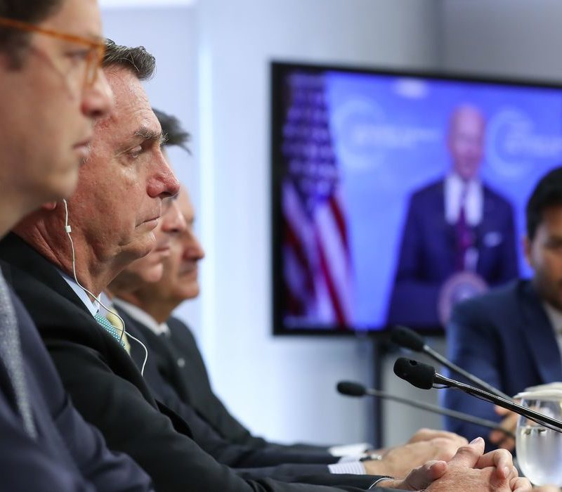 Cúpula do clima: Bolsonaro muda discurso, mas promessas colidem com ações na prática